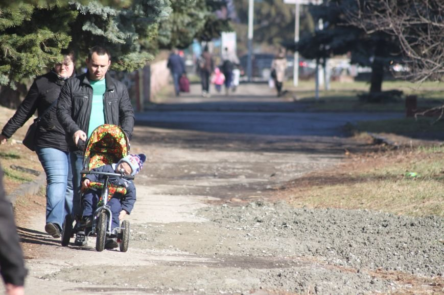 Не дочекавшись комунальників, ужгородці зробили «ремонт» тротуару Минайської: фоторепортаж, фото-3