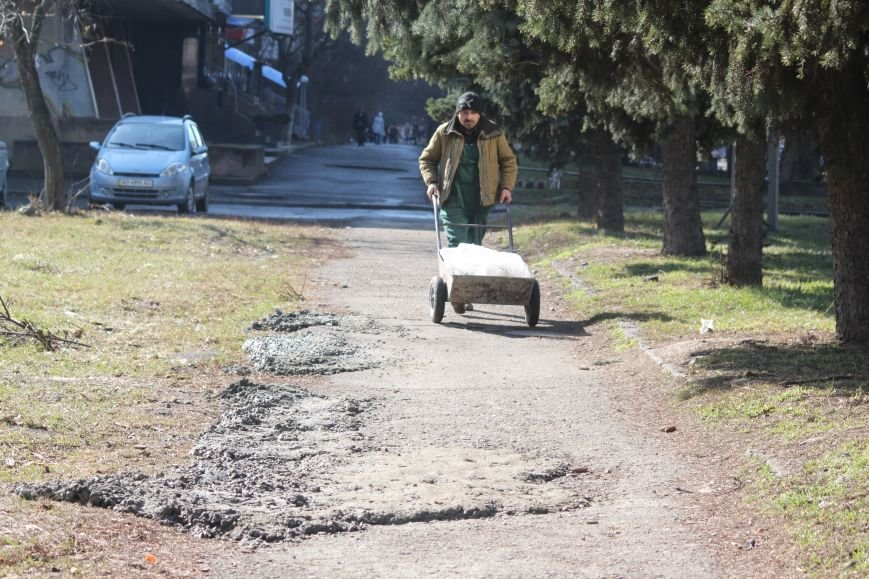 Не дочекавшись комунальників, ужгородці зробили «ремонт» тротуару Минайської: фоторепортаж, фото-1