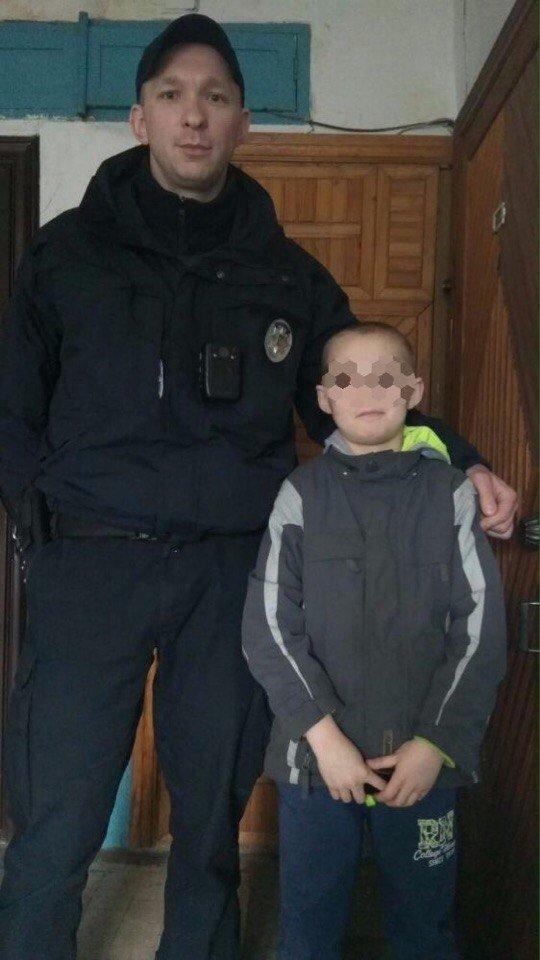 Минутка добра в Днепре: полицейские привели домой мальчика, который потерялся (ФОТО), фото-1