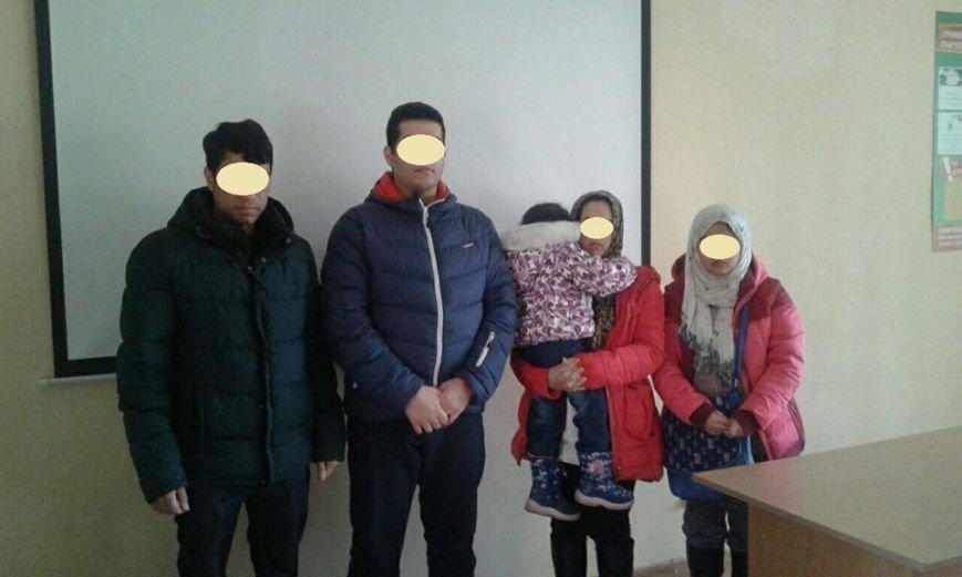 Біля Ужгорода прикордонники затримали афганців з маленькими дітьми: фото, фото-1