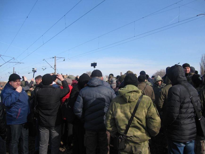 В Конотопі противники торгівлі з окупантами мітингують прямо на залізничних коліях (ФОТО та ВІДЕО), фото-3