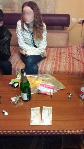 В Ужгороді на гарячому затримали 19-річну повію та 20-річну звідницю: фото, фото-4