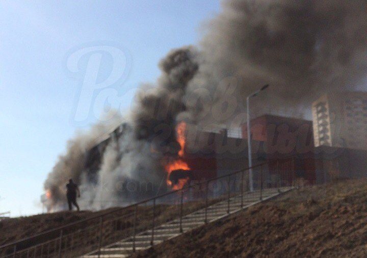 В Ростове в Суворовском горит здание магазина «Пятерочка», фото-2