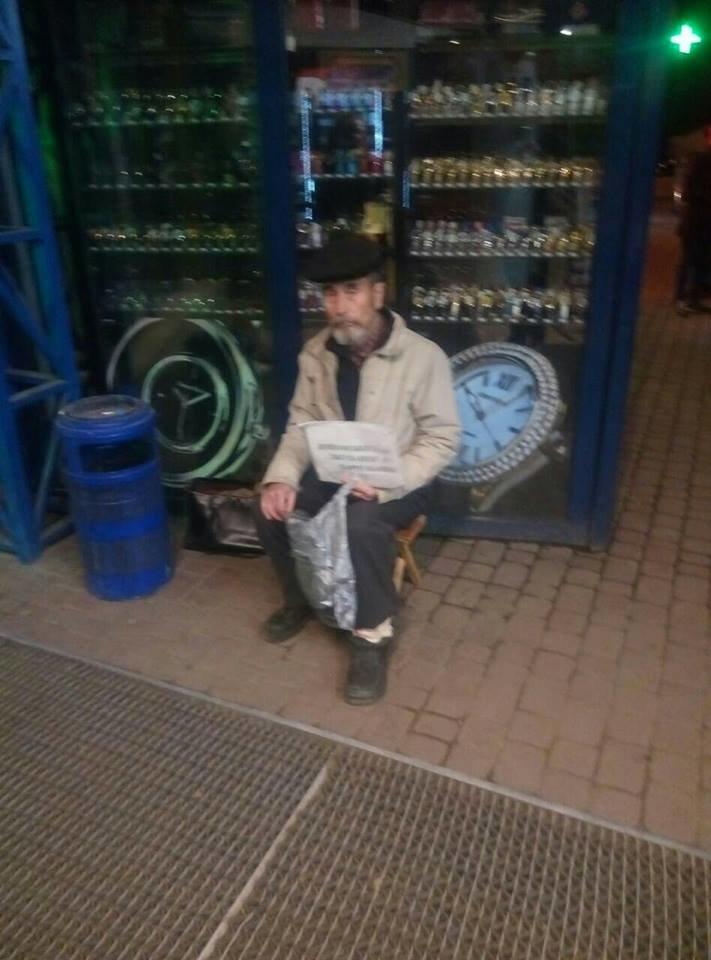 Ужгородці поділилися фотографією жебрака з Минайської, який відмовляється від ковбаси, фото-3