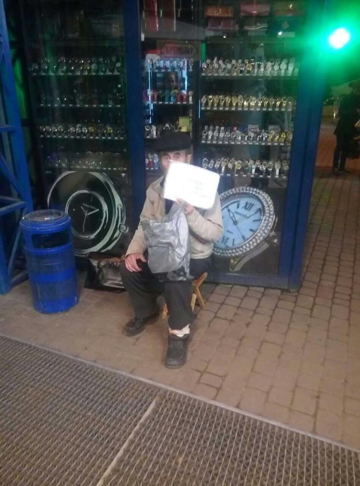 Ужгородці поділилися фотографією жебрака з Минайської, який відмовляється від ковбаси, фото-2