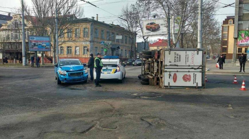 В Херсоне в результате ДТП перевернулся грузовик, фото-1