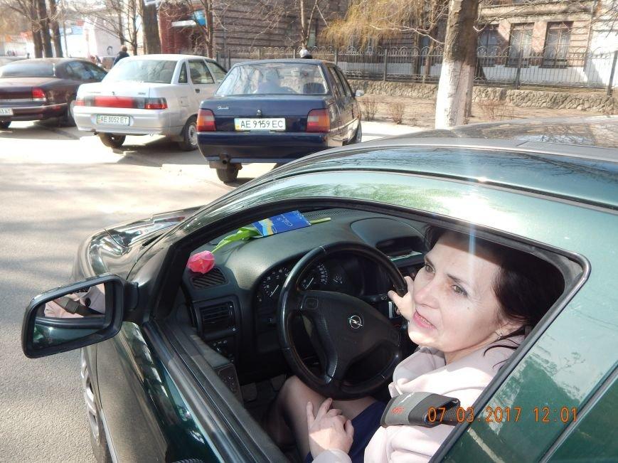 В Каменском полиция останавливала женщин-водителей, чтобы поздравить с праздником, фото-3
