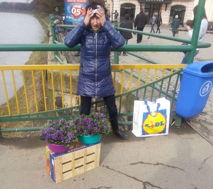 У центрі Ужгорода масово продають первоцвіти: фото, фото-1