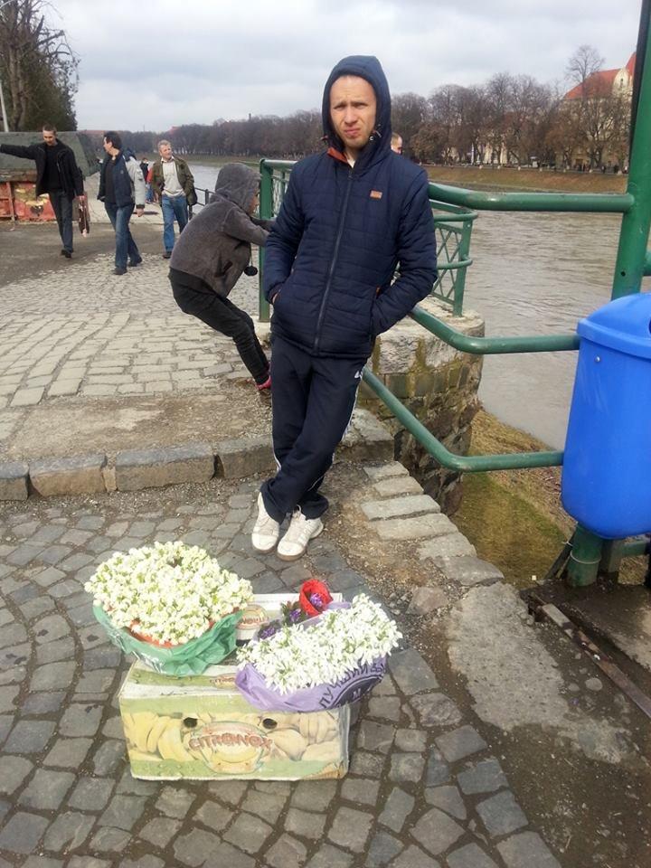 У центрі Ужгорода масово продають первоцвіти: фото, фото-3