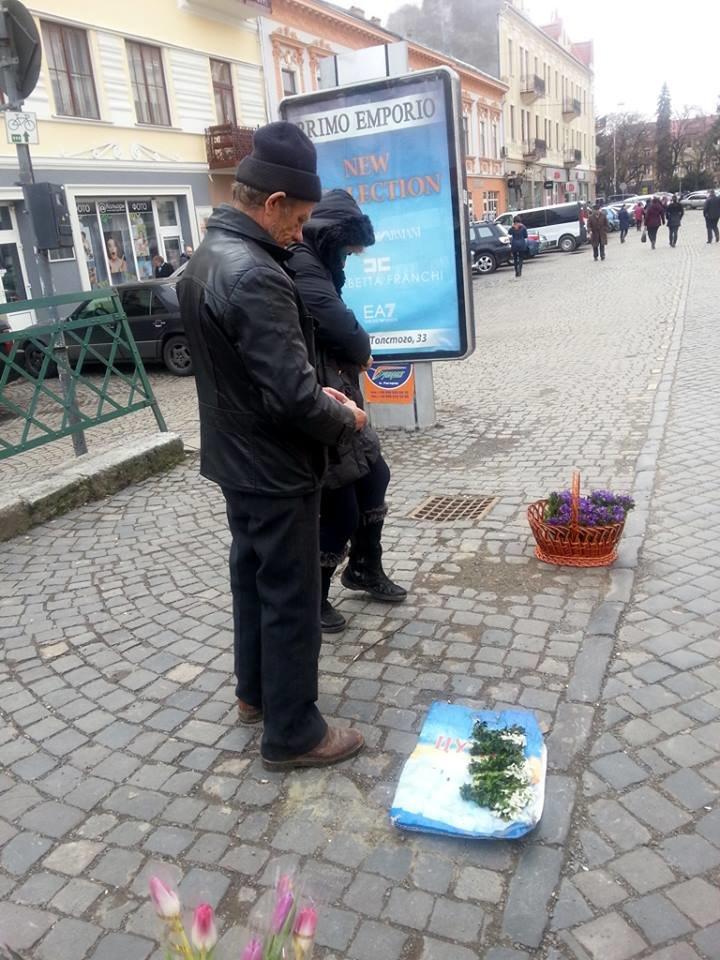 У центрі Ужгорода масово продають первоцвіти: фото, фото-6