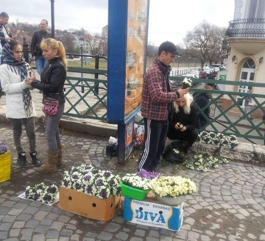 У центрі Ужгорода масово продають первоцвіти: фото, фото-4