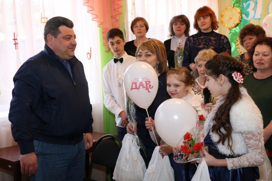 В честь весеннего праздника женщины Часов Яра принимали поздравления и подарки, фото-2