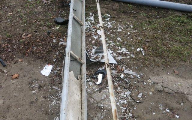 В Херсоне неизвестный на автомобиле сбил рекламный щит (фото), фото-1