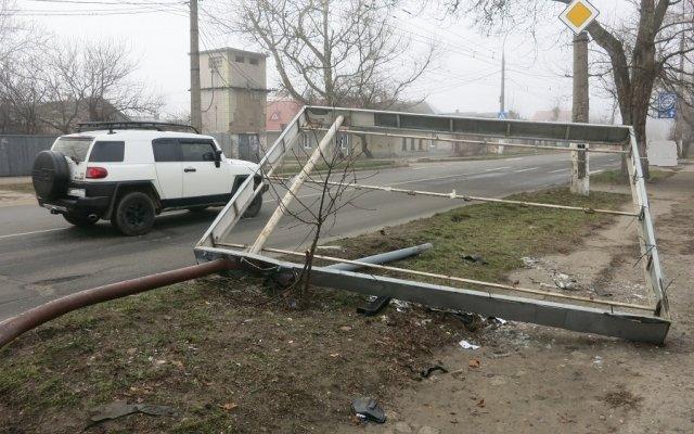 В Херсоне неизвестный на автомобиле сбил рекламный щит (фото), фото-2