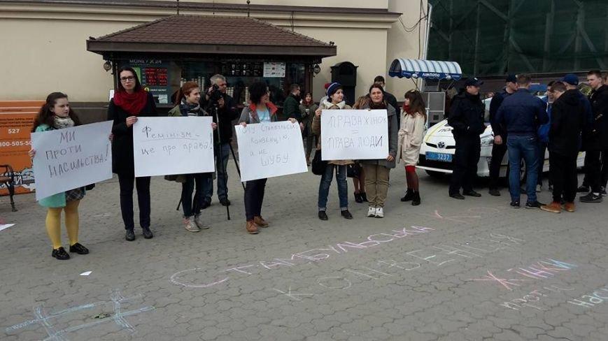 Скандал на 8 березня: радикали намагались зірвати акцію феміністів у центрі Ужгорода (ФОТО, ВІДЕО), фото-5