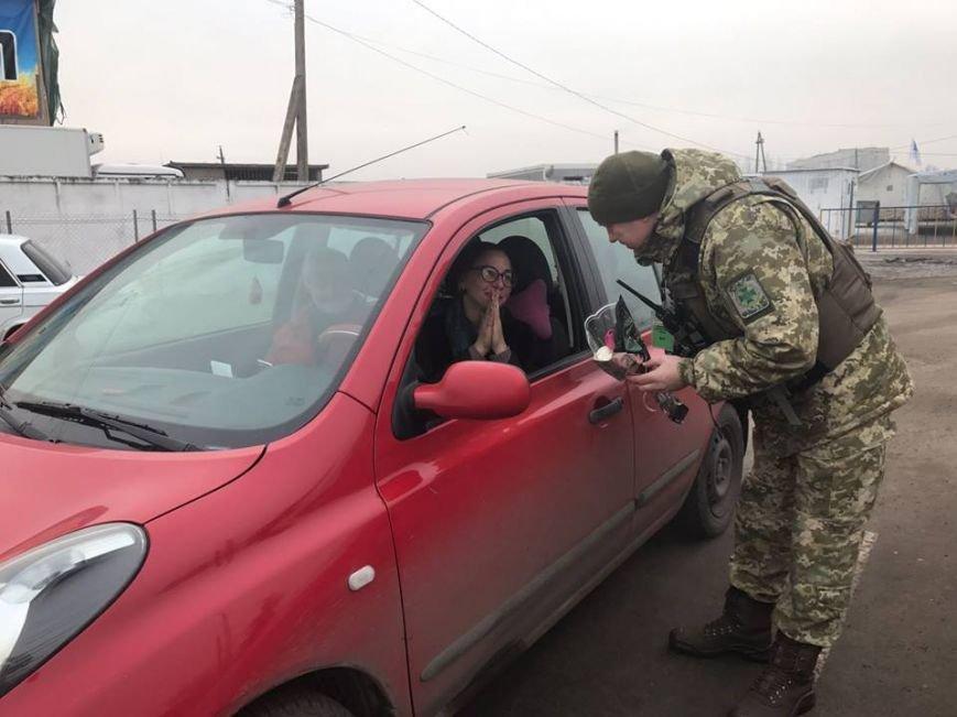 """Ситуация на блокпостах: на КПВВ """"Майорск"""" поздравляли женщин с 8 марта, фото-1"""