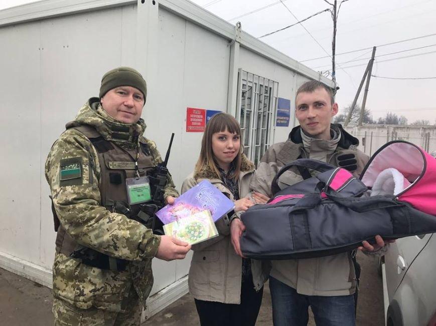 """Ситуация на блокпостах: на КПВВ """"Майорск"""" поздравляли женщин с 8 марта, фото-2"""