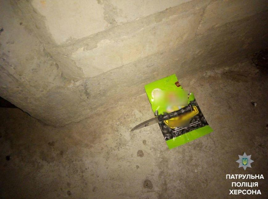 Патрульные задержали херсонца, который напал на девушку и ранил ножом заступившегося за нее парня (фото), фото-1