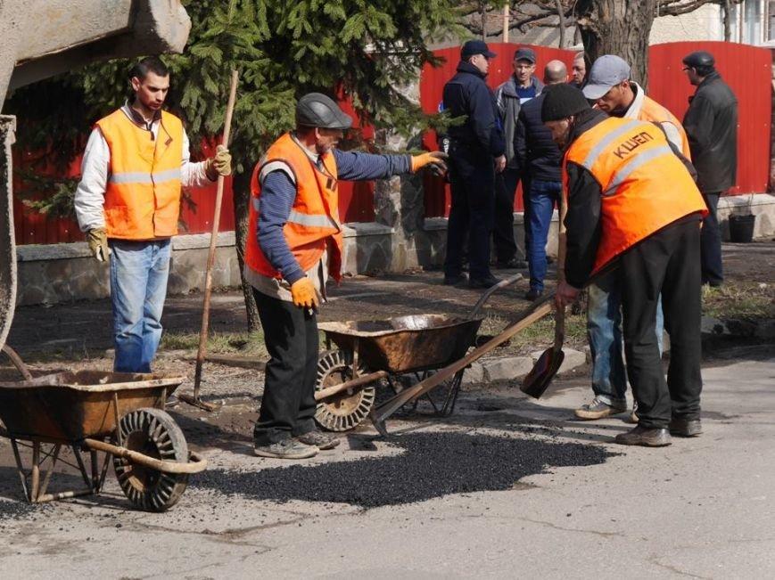 Ужгородські комунальники проводять ямковий ремонт не під час дощу: фото, фото-7