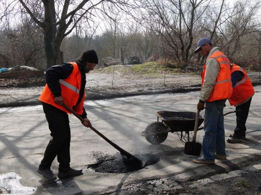 Ужгородські комунальники проводять ямковий ремонт не під час дощу: фото, фото-1