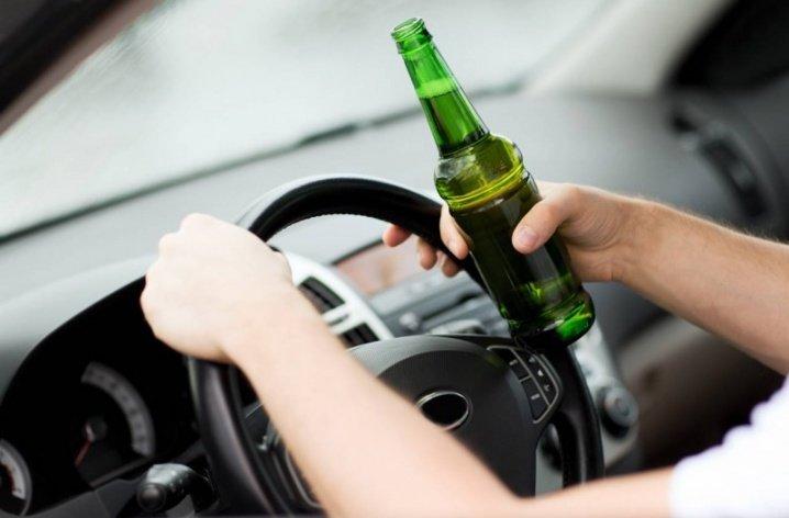 На Мукачівщині юнак на очах правоохоронців випив пиво, сів за кермо авто і поїхав, фото-1