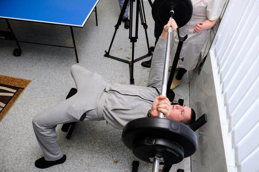 7 У реабілітаційному центрі чоловіки займаються спортом,