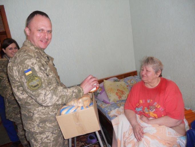 В Краматорске благотворительный фонд совместно с военными помогает пенсионерам, фото-3
