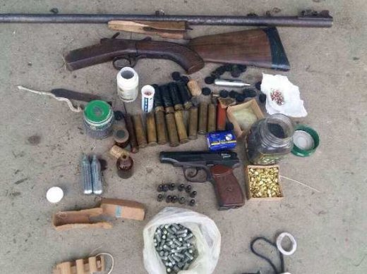 На Хустщині 56-річна жінка у своєму помешканні тримала цілий арсенал зброї: фото, фото-1