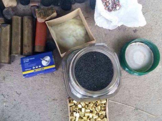 На Хустщині 56-річна жінка у своєму помешканні тримала цілий арсенал зброї: фото, фото-2