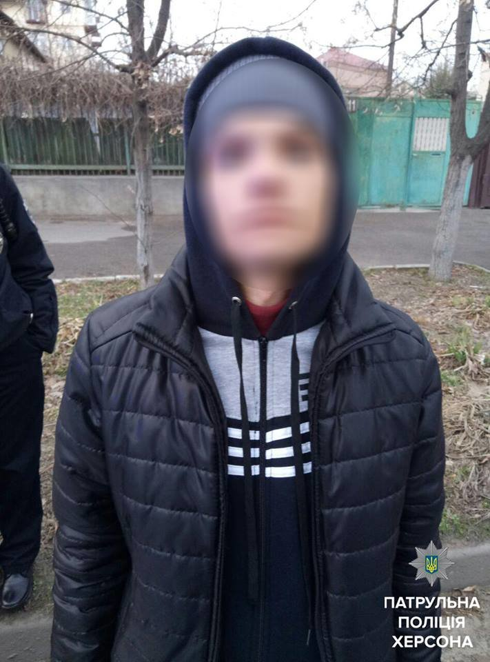 В Херсоні у хлопця вилучили шприц, ампули та наркотики (фото), фото-1