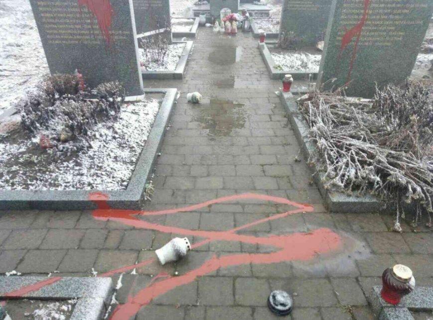 На Львівщині вандали розмалювали пам'ятники загиблих поляків :фото, фото-4
