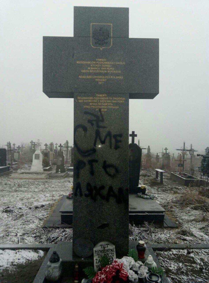 На Львівщині вандали розмалювали пам'ятники загиблих поляків :фото, фото-2
