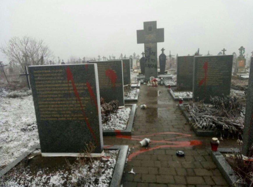 На Львівщині вандали розмалювали пам'ятники загиблих поляків :фото, фото-3