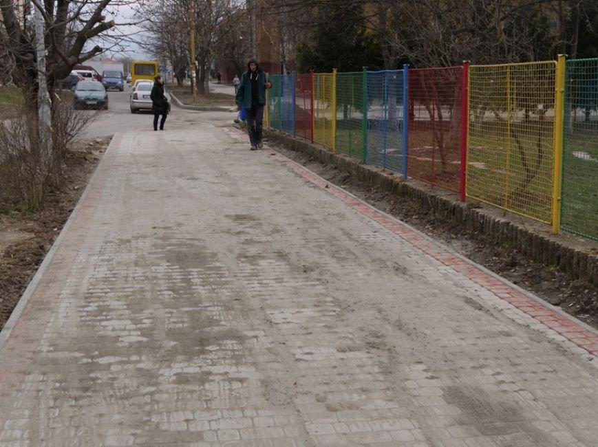 Ужгородська мерія похвалилася плиткою на тротуарах вулиці, де були сакури: фото, фото-4