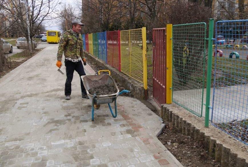 Ужгородська мерія похвалилася плиткою на тротуарах вулиці, де були сакури: фото, фото-1