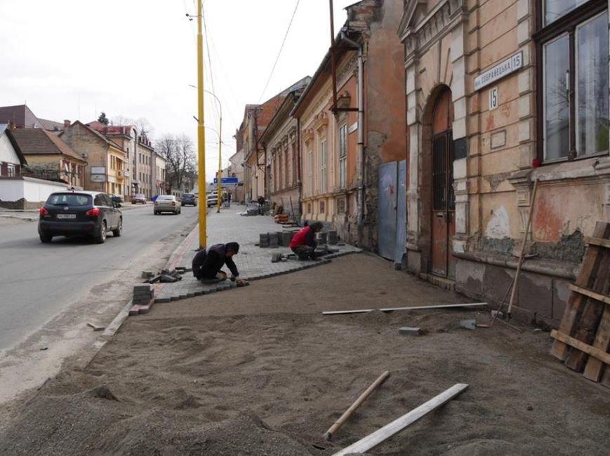 Ужгородська мерія похвалилася плиткою на тротуарах вулиці, де були сакури: фото, фото-3