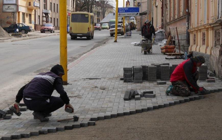 Ужгородська мерія похвалилася плиткою на тротуарах вулиці, де були сакури: фото, фото-2