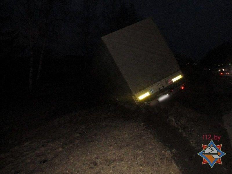 Под Лепелем Ford Galaxy протаранил грузовик Renault: водителя легковушки из авто доставали спасатели. ФОТО, фото-2