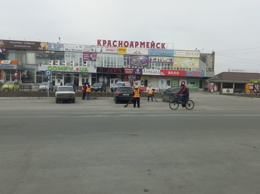 Сначала посыпали, а теперь убирают: коммунальщики Покровска борются с пылью и грязью на дорогах, фото-1
