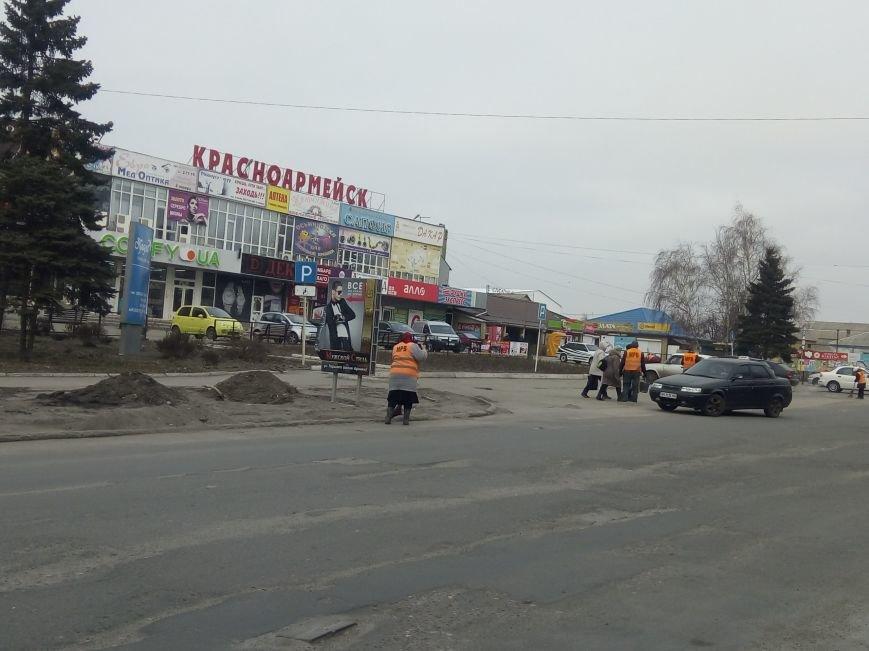 Сначала посыпали, а теперь убирают: коммунальщики Покровска борются с пылью и грязью на дорогах, фото-6