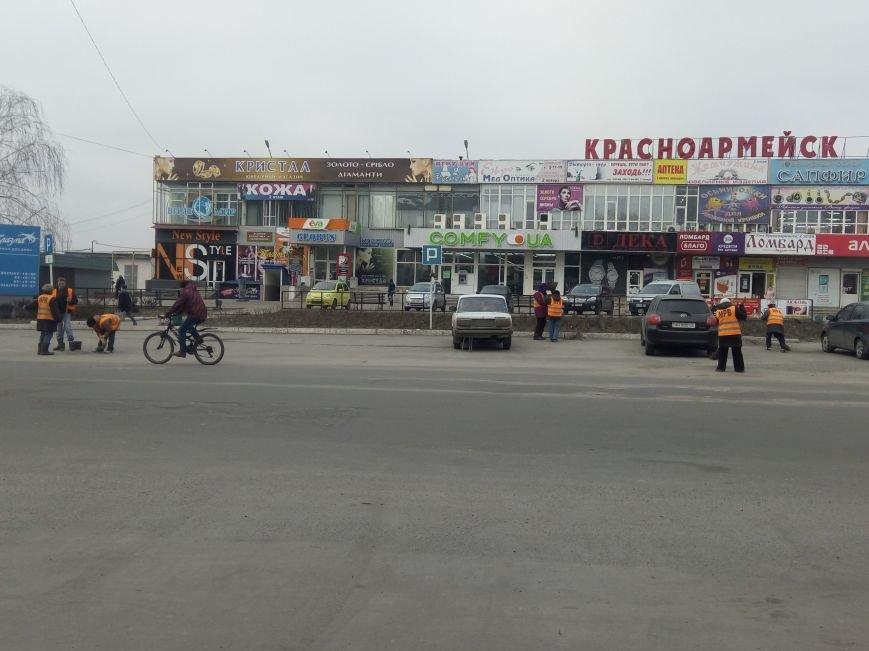 Сначала посыпали, а теперь убирают: коммунальщики Покровска борются с пылью и грязью на дорогах, фото-2