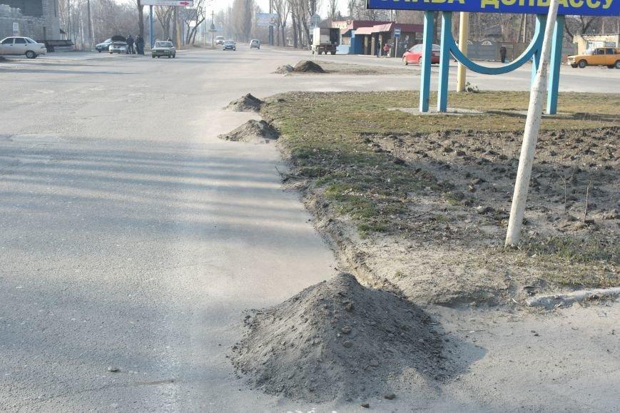 Сначала посыпали, а теперь убирают: коммунальщики Покровска борются с пылью и грязью на дорогах, фото-5