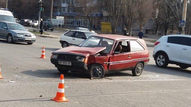 "В Запорожье ""Таврия"" врезалась в трамвай, - ФОТО, фото-1"