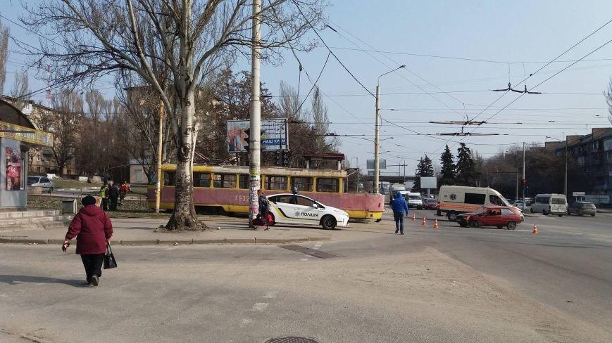 "В Запорожье ""Таврия"" врезалась в трамвай, - ФОТО, фото-7"