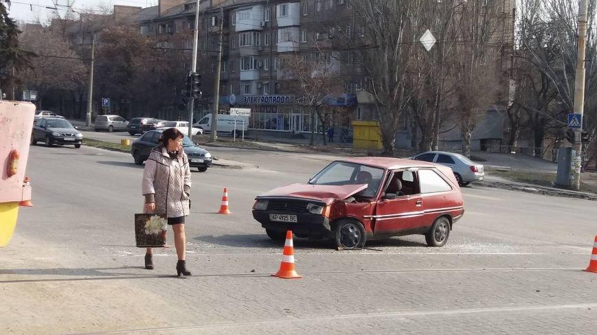 "В Запорожье ""Таврия"" врезалась в трамвай, - ФОТО, фото-6"