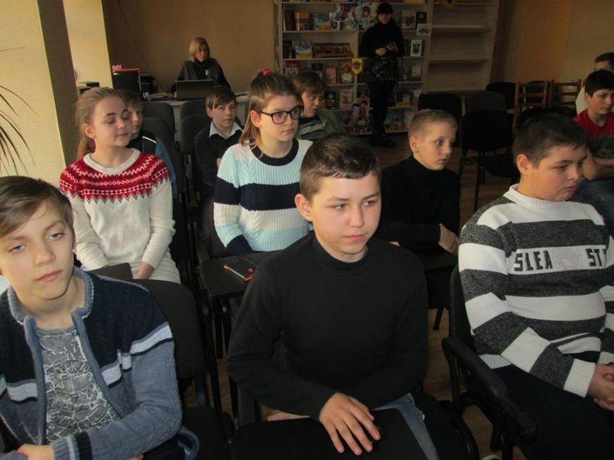 В Мирнограде просмотрели документальный фильм «Добровольцы Божьей Четы» о защитниках донецкого аэропорта, снятый на передовой, фото-1