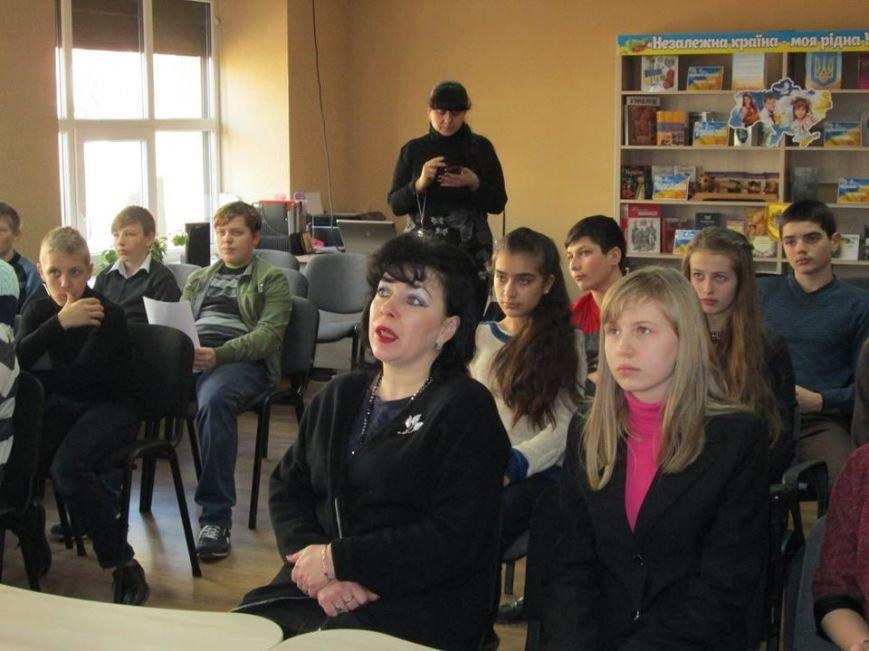В Мирнограде просмотрели документальный фильм «Добровольцы Божьей Четы» о защитниках донецкого аэропорта, снятый на передовой, фото-2