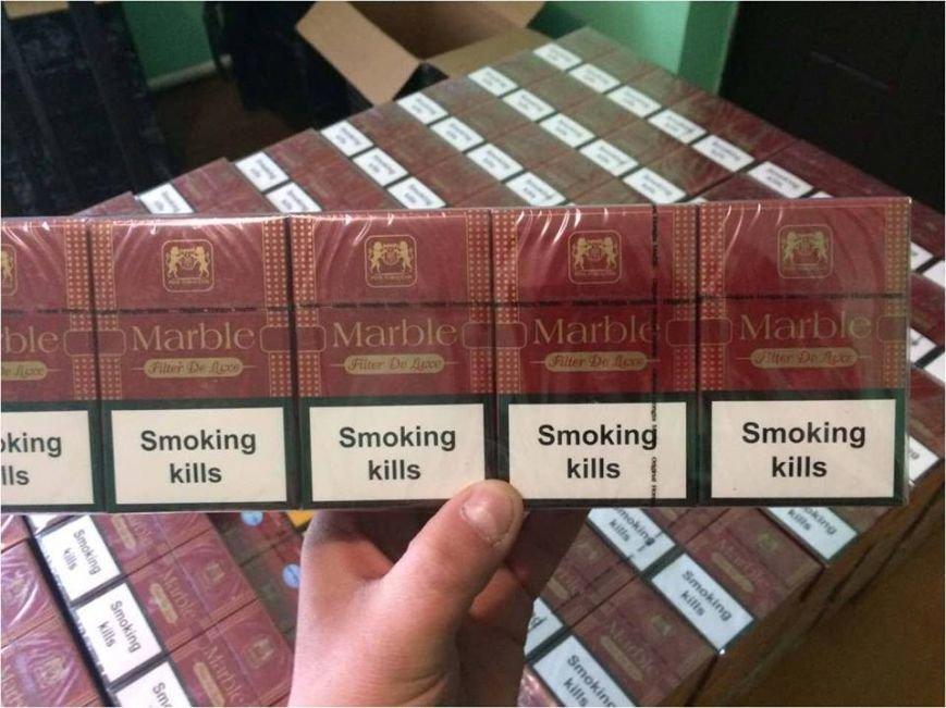 Закарпатські прикордонники знайшли партію контрабандних цигарок під ялинкою: фото, фото-2
