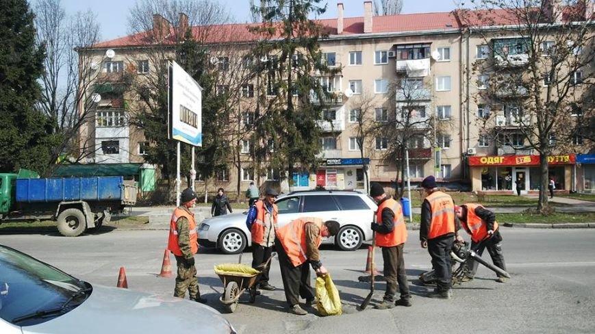 """""""Кидай тото гуно!"""" - в Ужгороді """"відремонтували"""" пішохідний перехід на проспекті Свободи, фото-1"""