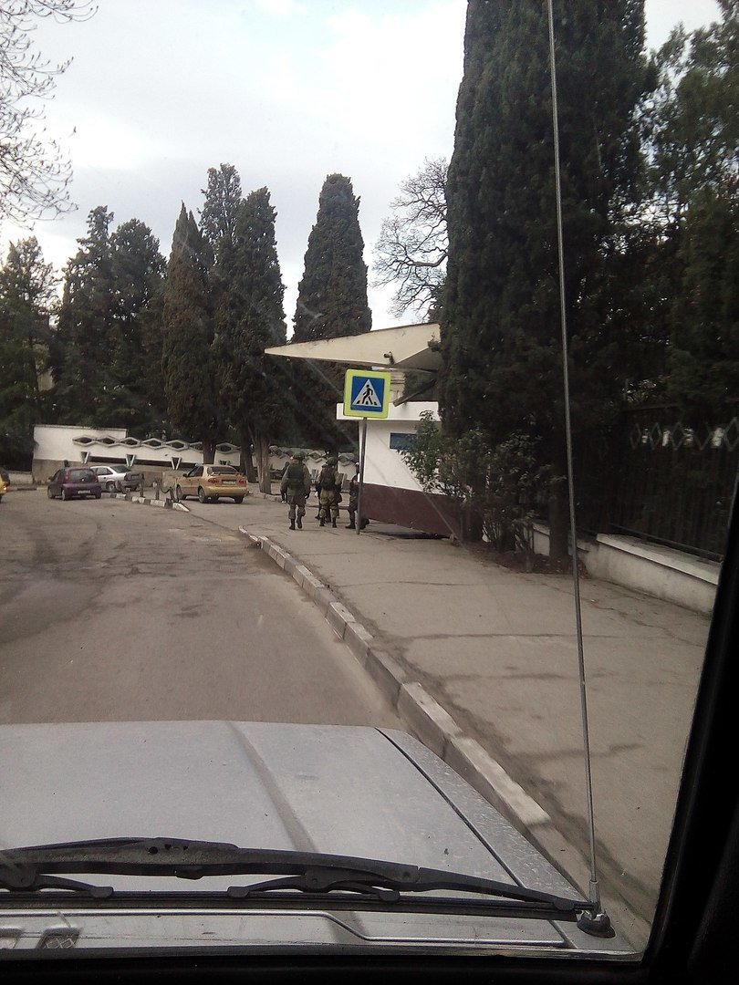 Годовщина Крымской весны: в Ялте вновь появились Вежливые люди, фото-2